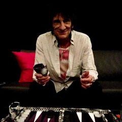 Ronnie Wood playing backgammon