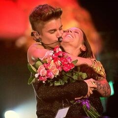 Justin Bieber kissing his mother Pattie Mallette on stage