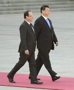 French President Francois Hollande, left, walks with Chinese President Xi Jinping during a welcome ceremony outside the Great Hall of the People in Beijing Thursday, April 25, 2013. Hollande is in China on a visit aimed at shoring up trade relations amid France's worsening economic woes. (AP Photo/Yohsuke Mizuno, Pool)