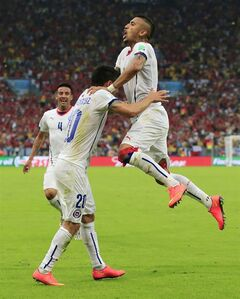 Chile's Charles Aranguiz, left, celebrates after scoring his side's second goal during the group B World Cup soccer match between Spain and Chile at the Maracana Stadium in Rio de Janeiro, Brazil, Wednesday, June 18, 2014. (AP Photo/Bernat Armangue)