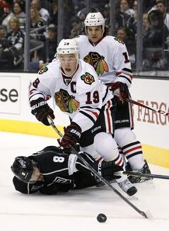 Chicago's Jonathan Toews evades L.A. blue-liner Drew Doughty.