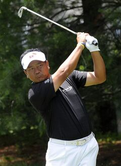 K.J. Choi watches his tee shot on the eighth hole during the second round of the Travelers Championship golf tournament in Cromwell, Conn., Friday, June 20, 2014. (AP Photo/Fred Beckham)