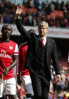 Arsenal's manager Arsene Wenger, right, waves to the supporters as the team parade around the stadium in their last home match of the season after their English Premier League soccer match against West Bromwich Albion at Emirates Stadium in London, Sunday, May 4, 2014. (AP Photo/Sang Tan)