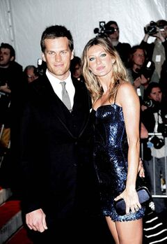 FULL CLOSE CUT CLOSECUT - New England Patriots' Tom Brady and his wife, model Gisele Bundchen arrive at the Metropolitan Museum of Art's Costume Institute Gala in New York on Monday May 4, 2009.  (AP Photo/Evan Agostini)