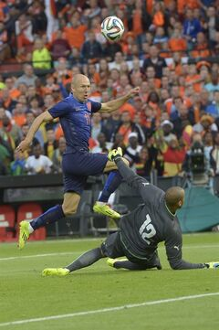 Netherland's Arjen Robben, fights for the ball with Adam Kwarasey from Ghana, during their international friendly soccer match between The Netherlands and Ghana at De Kuip stadium in Rotterdam, Netherlands, Saturday, May 31, 2014. (AP photo/Ermindo Armino).