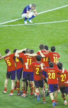 Spanish players celebrate winning the Euro 2012 soccer championship final between Spain and Italy in Kiev, Ukraine, Sunday, July 1, 2012. (AP Photo/Darko Vojinovic)