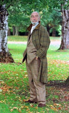 FILE - In this Oct. 17, 1998 file photo, Irish actor David Kelly poses for a portrait in a Dublin park. Kelly, who cycled nude in