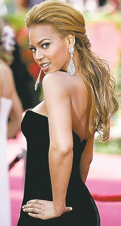 Beyonce Knowles dons drop earrings arrives at the 77th Annual Academy Awards at the Kodak Theatre in Los Angeles, California, February 27, 2005. (Robert Gauthier/Los Angeles Times/MCT)