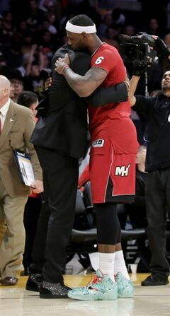 Miami Heat forward LeBron James, right, hugs Los Angeles Lakers guard Kobe Bryant after the Heat's 101-95 win in an NBA basketball game in Los Angeles, Wednesday, Dec. 25, 2013. (AP Photo/Chris Carlson)