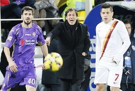From left, Fiorentina defender Nenad Tomovic, Roma coach Rudy Garcia and Roma forward Juan Manuel Iturbe look on during a serie A soccer match between Fiorentina and Roma in Florence, Italy, Sunday, Jan. 25, 2015. (AP Photo/Fabio Muzzi )