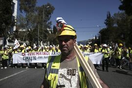 Miners march to the parliament during a rally in Athens, Thursday, April 16, 2015. About 4,000 workers at a northern Greek gold mine and their supporters staged a protest in Athens as they fear job losses because the governing Syriza party has fought the privately-owned mine on environmental and financial grounds. The issue is the most significant labor challenge the new radical left-led government has faced since its election in January. (AP Photo/Yorgos Karahalis)