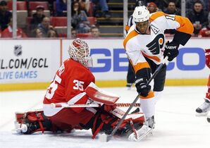 Philadelphia Flyers right wing Wayne Simmonds (17) shoots against Detroit Red Wings goalie Jimmy Howard (35) in the first period of an NHL hockey game in Detroit Wednesday, Nov. 26, 2014. (AP Photo/Paul Sancya)