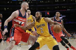 Los Angeles Lakers' Wayne Ellington, right, drives against Washington Wizards' Marcin Gortat, of Poland, during the first half of an NBA basketball game, Tuesday, Jan. 27, 2015, in Los Angeles. (AP Photo/Jae C. Hong)