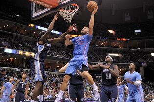 Los Angeles Clippers forward Blake Griffin (32) shoots against Memphis Grizzlies guard Quincy Pondexter in the first half of an NBA basketball game Sunday, Nov. 23, 2014, in Memphis, Tenn. (AP Photo/Brandon Dill)