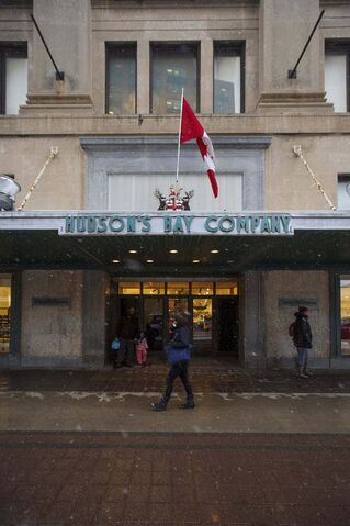 Hudson's Bay Co. has given no indication it wants to sell, or give away, its flagship building at Portage Avenue and Memorial Boulevard. (Mike Deal / Free Press files)
