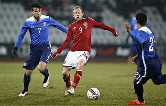 US players Alfredo Morales, left, and Timothy Chandler challenge Michael Krohn-Dehli from Denmark during a friendly soccer match at NRGI Stadium in Aarhus, Denmark, Wednesday March 25, 2015. (AP Photo/POLFOTO, Jens Dresling) DENMARK OUT