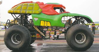 The Teenage Mutant Ninja Turtle truck was a huge hit with the many kids in the crowd. Despite their massive tires, Turtle and Grave Digger still managed to tear down the drag strip at more than 130 km/h.