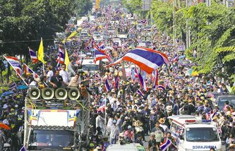 Thai anti-government protesters rally in Bangkok in bid to force Prime Minister Yingluck Shinawatra from office.