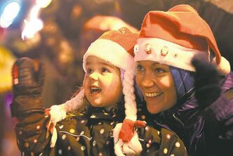 Three year old Makaela McMurray and her mom are all smiles as they wave to Santa on Portage Ave. Saturday evening during the annual Santa Claus Parade. Nov 17 ,  2012 (Ruth Bonneville/Winnipeg Free Press)