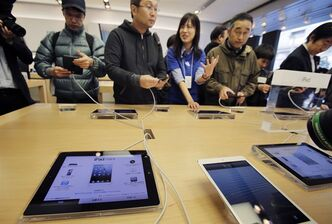 Customers try out Apple's iPad Mini at a store in Tokyo Friday morning, Nov. 2, 2012. THE CANADIAN PRESS/AP, Koji Sasahara