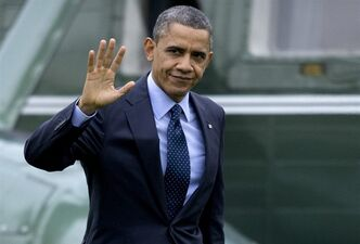 President Barack Obama waves to the media as he walks from Marine One to the Oval Office of the White House, Thursday, Dec. 20, 2012, in Washington, as he returns from Walter Reed National Military Medial Center in Bethesda, Md., where he visited injured military members. (AP Photo/Carolyn Kaster)