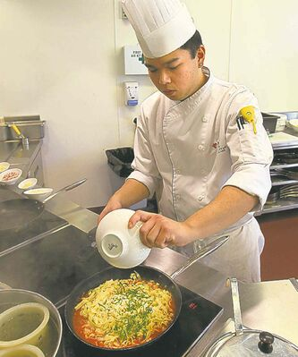 49.8 - rrc food column. Alex Wong prepares Chicken Parmigiana in the kitchen of the RRC School of Hospitality and Culinary Arts. Adds spices to pasta.  Keith F. M�����ller story Wayne Glowacki / Winnipeg Free Press Oct. 16 2013