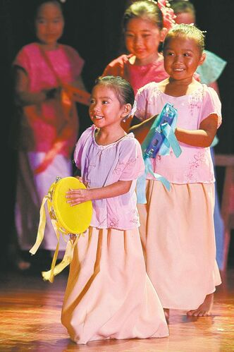 'You'll leave your heart in the theatre,' reviewer says of the tiny dancers at the Pearl Of The Orient Philippine Pavilion.