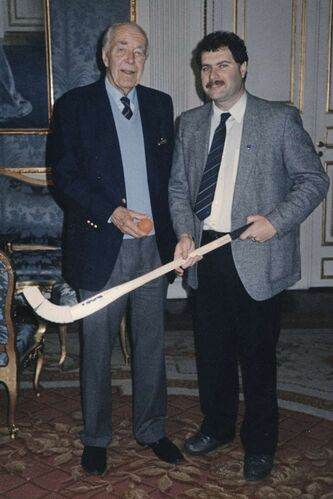 In 1986, Glimcher, who is the president of Bandy Canada, was invited to meet Prince Bertil of Sweden at the Royal Palace in Stockholm.