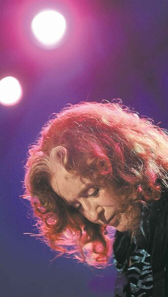 Bonnie Raitt to headline at Winnipeg Folk Festival.
