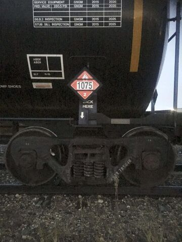 Todd Jackson photoBlack tank rail-cars with a placard indicating explosive materials have been sitting on Canadian Pacific tracks in Fort Whyte for days at a time near homes and a school, prompting one resident to question railway regulations. The photos were taken on either Monday or Tuesday, November 18 or 19, 2019.</p>