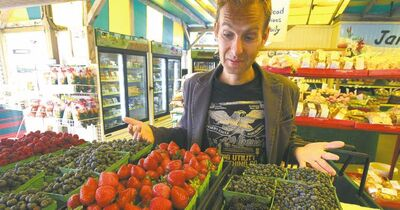 Mike Deal / Winnipeg Free PressJeff Golfman, president of Prairie Pulp and Paper Inc., buys fruit and vegetables at St. Leon Gardens on St. Mary�s Road.