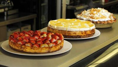 Strawberry cheesecake, pineapple cheesecake, and banana cream pie (French version.)