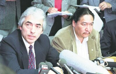 Phil Fontaine (left) and Elijah Harper discuss the Meech Lake accord in June 1990.