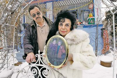 Ken Gigliotti / Winnipeg Free Press archivesRandy Rostecki and Rozalynde McKibbin, holding a picture of herself and her mother, say their mom was deprived of food for 14 days before she died at Seven Oaks hospital.