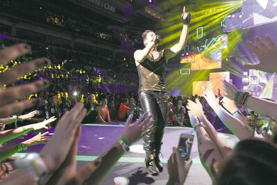 R&B singer Shawn Desman delivers the music, the crowd delivers the screams.
