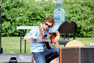 Musician Del Barber tunes up while performing at the Mercredi en musique concert series on Provencher Boulevard on Aug. 7.