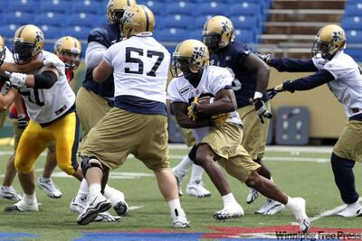 Winnipeg Blue Bombers practice. Winnipeg Blue Bombers' RB Fred Reid (32) runs a play during practice Wednesday.