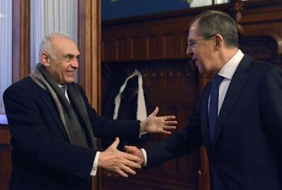Russian Foreign Minister Sergey Lavrov, right, welcomes his Egyptian counterpart Mohamed Kamel Amr prior to a meeting in Moscow on Friday, Dec. 28, 2012. (AP photo)