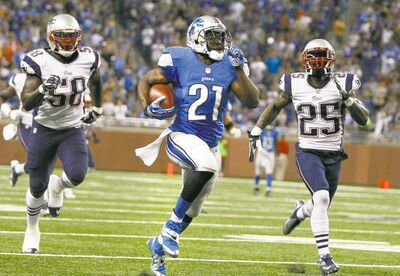 Detroit Lions� Reggie Bush races up field during first-quarter action after a pass reception against New England Patriots� Marcus Benard, left, and Kyle Arrington, right, in a preseason football game at Ford Field in Detroit, Michigan, Thursday August 22, 2013. (Julian H. Gonzalez/Detroit Free Press/MCT)