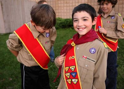 Thomas (right) and Garrett learn how to tie knots at Cub Scouts at Glenwood Community Centre.  (Ruth Bonneville / Winnipeg Free Press)