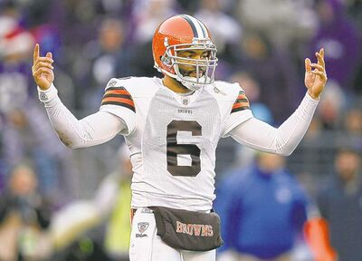 Former Browns QB Seneca Wallace is now wearing a Green Bay Packers uniform.