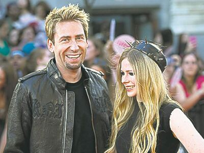 Kroeger and Lavigne in her crown.