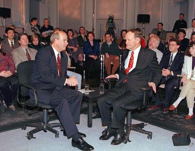 In this 1996 photo, Peter Mansbridge (left) and then-prime minister Jean Chrétien prepare to start a televised taping in Ottawa.</p>
