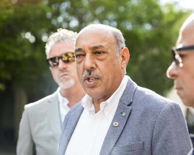 MIKAELA MACKENZIE / WINNIPEG FREE PRESS FILES</p><p>ATU 1505 president Aleem Chaudhary, centre, is asking for members of the city's senior administration to be placed on paid leave while an integrity investigation into their behaviour is conducted.</p>
