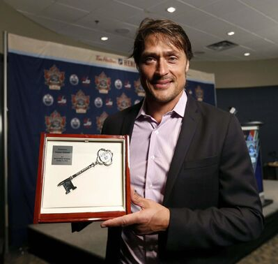 WAYNE GLOWACKI / WINNIPEG FREE PRESS</p><p>Teemu Selanne was presented with a key to the city by Mayor Brian Bowman.</p>