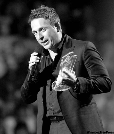 Johnny Reid accepts the Fans' Choice Award at the Canadian Country Music Awards at the Copps Coliseum in Hamilton, Ont., Monday.