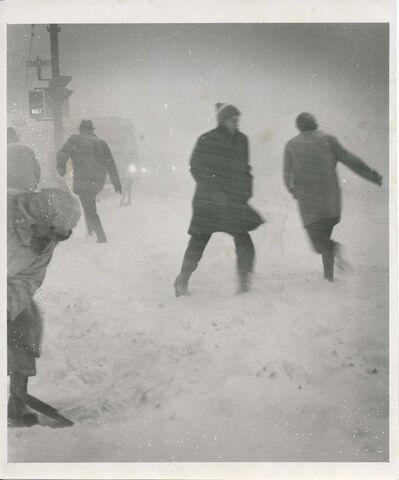 Winnipeg Free Press Archives</p><p>Determined citizens struggled against blinding blizzard conditions at a downtown intersection. fparchive</p></p>