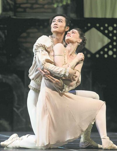 Liang Xing as Romeo and Amanda Green as Juliet.