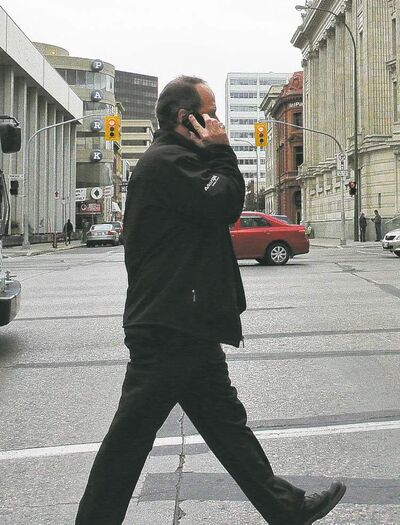 Mike Deal / Winnipeg Free PressCellphone companies must explain all contract fees to prospective customers as of Saturday.