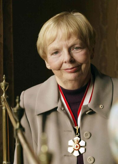 Carol Shields poses for a photo at Government House in Victoria, B.C., Saturday, Oct. 26, 2002, after she was presented with the Campanion of the Order of Canada Award. (CP PHOTO/Richard Lam)